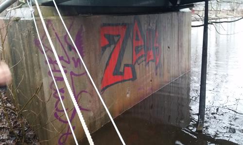 Graffiti och klotter på vägg.