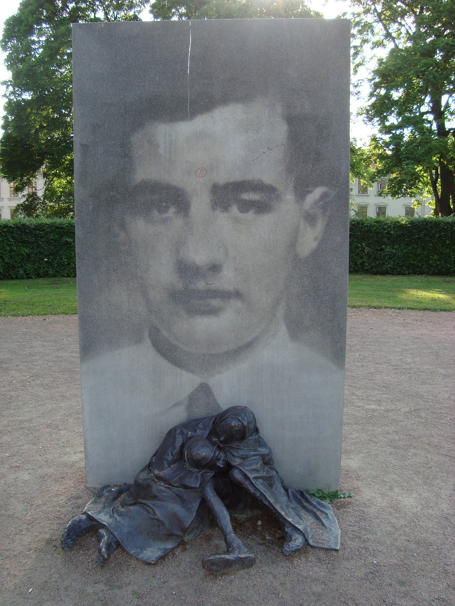 Klotterskydd på Raoul Wallenberg monument.