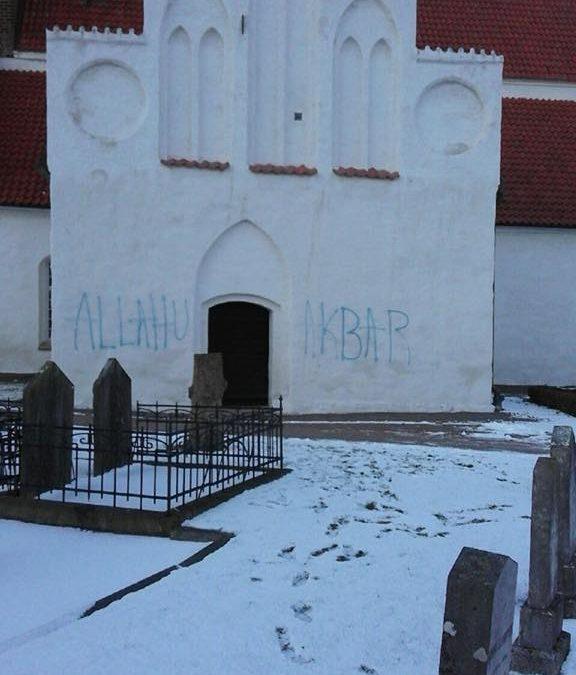 """Ovanligt klotter – """"Allahu akbar"""" klottrades på Mariakyrkan i Båstad"""