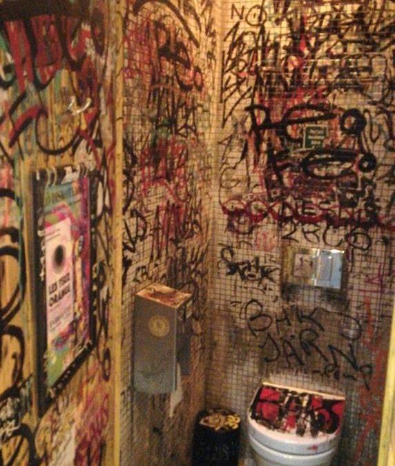 Klotter på toaletten? – eller möjligtvis graffiti